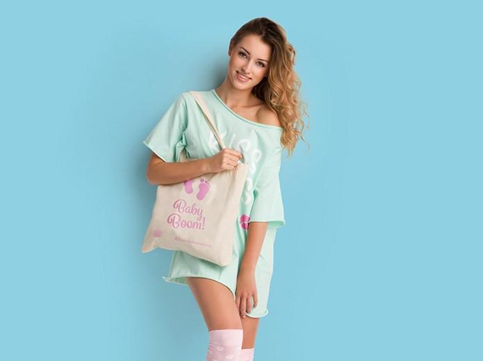 Dziewczyna z ekologiczną torbą
