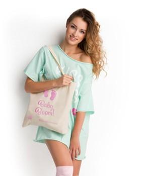 Modelka z płócienną torbą na ramię