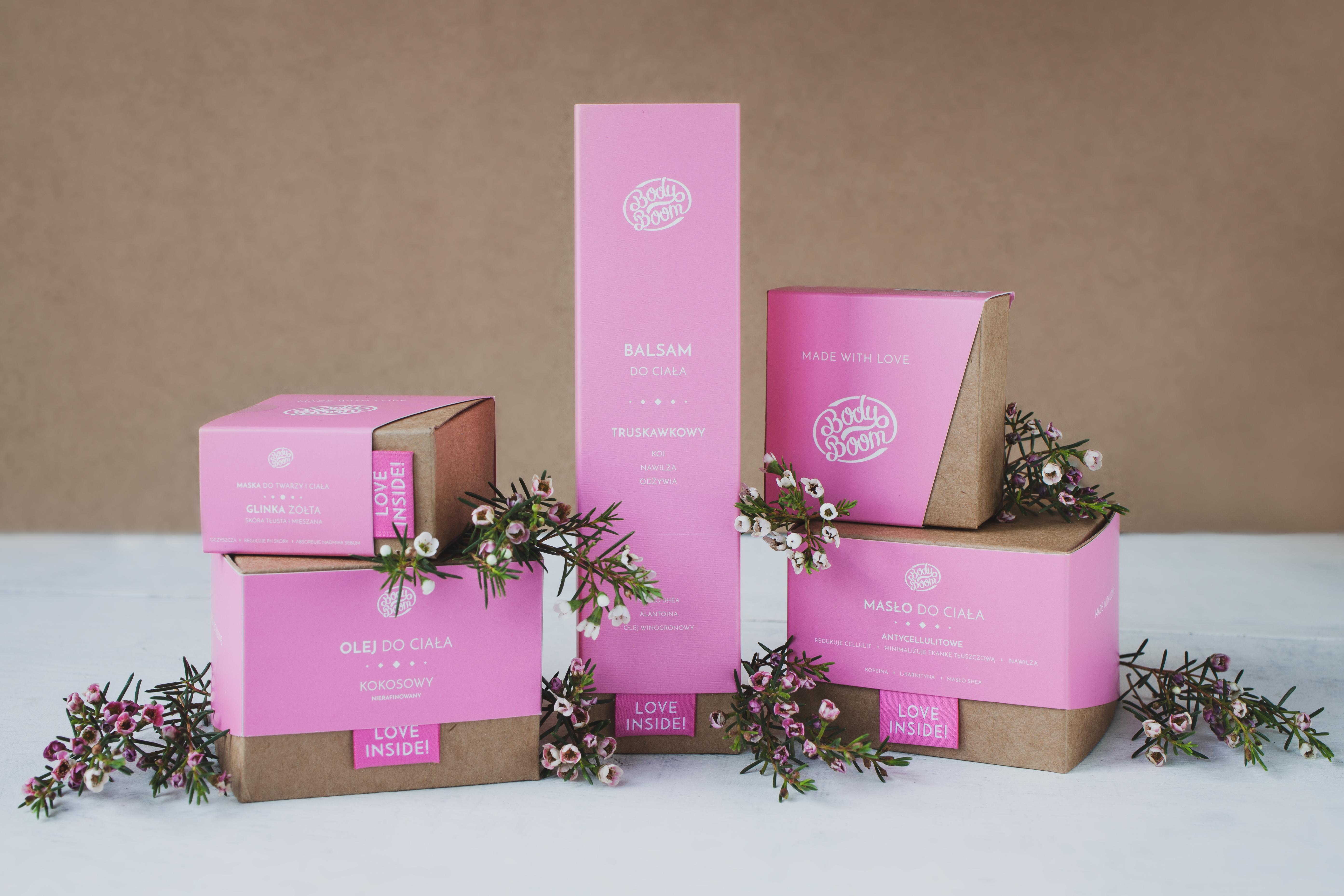 kosmetyki do ciała z kwiatami na ekologicznym tle