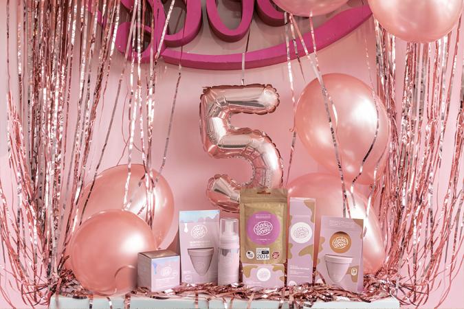 stół z kosmetykami zdjęcie z okazji 5 urodzin marki kosmetycznej balony golden rose cyfra 5