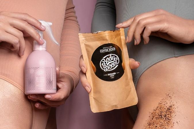 2 dziewczyny trzymające kosmetyki w rękach
