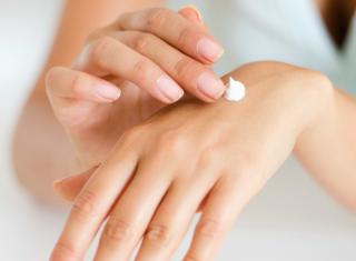 rozprowadzanie kremu na skórze dłoni
