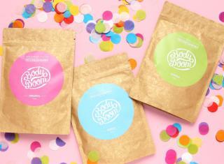 kolorowe opakowania z kosmetykami na tle konfetti