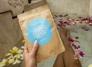 relaksująca kąpiel z kwiatami i kokosowym peelingiem kawowym