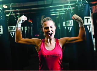 kobieta z bicepsami na siłowni