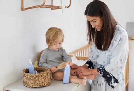 mama i dziecko z kosmetykami dla dzieci w pokoju dziecięcym