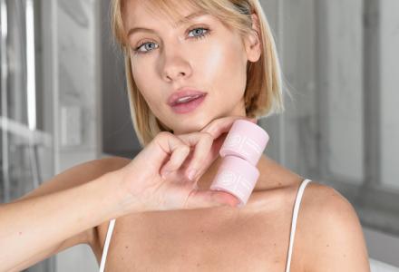 naturalna dziewczyna trzymająca produkty do pielęgnacji ust w ręce