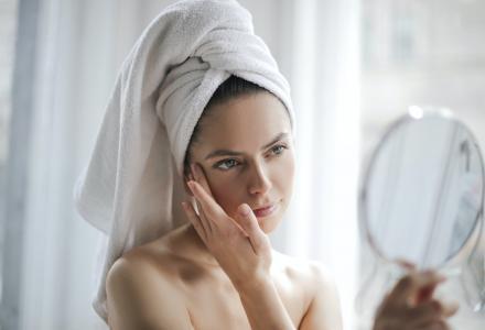 kobieta w ręczniku, robiąca pielęgnację.
