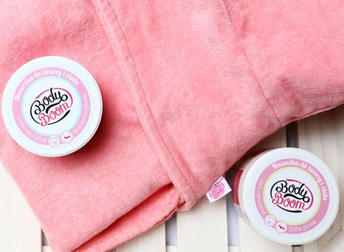 maseczki do twarzy i ciała z naturalnej glinki na różowym ręczniku