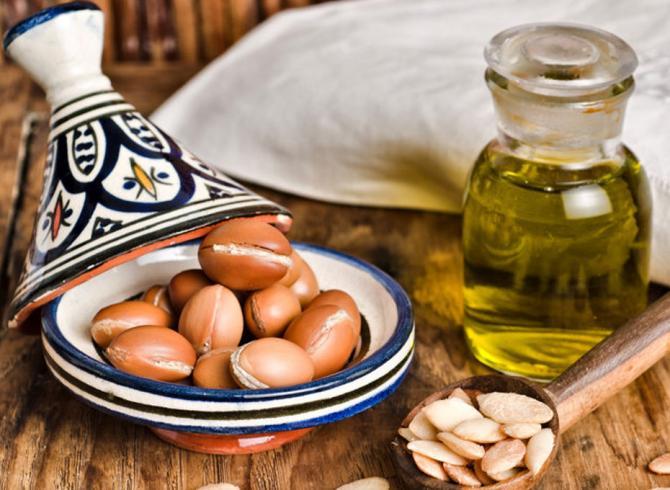 ziarna oleju arganowego i olej w butelce