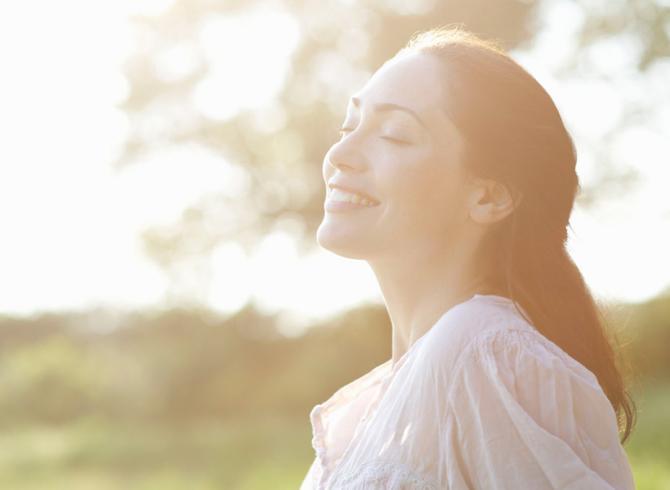 uśmiechnięta kobieta na łące