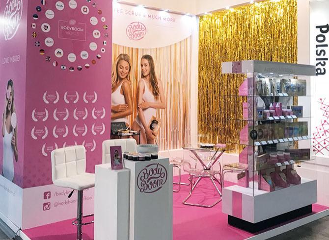 Kolorowe stoisko na targach kosmetycznych