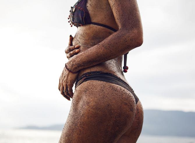 opalone ciało kobiety bez cellulitu