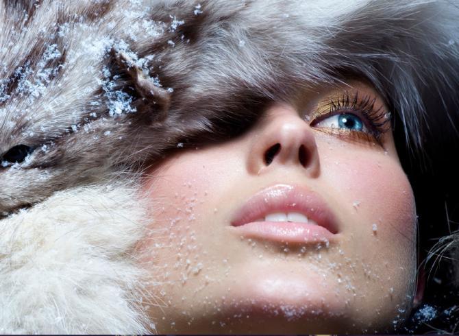 płatni śniegu na czapce modelki z naturalnym makijażem