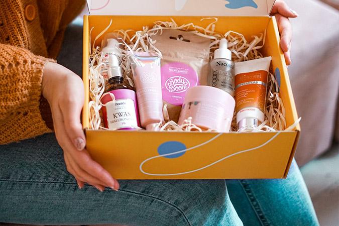 pudełko z kosmetykami naturalnymi