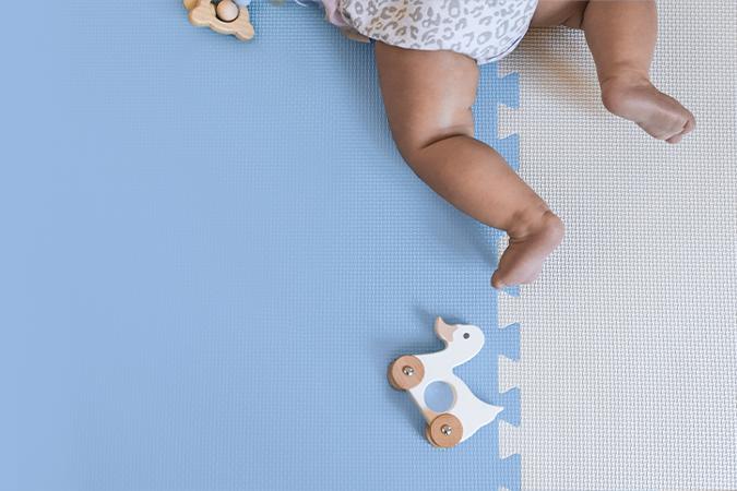 Niebieskie tło, nóżki dziecka, premiera