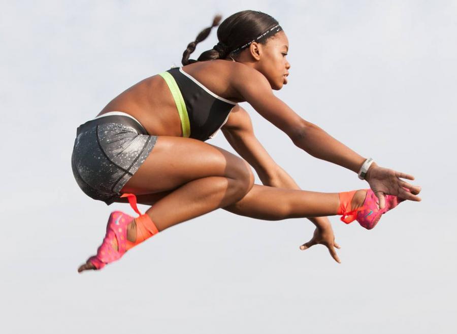 dziewczyna w trakcie treningu akrobatycznego