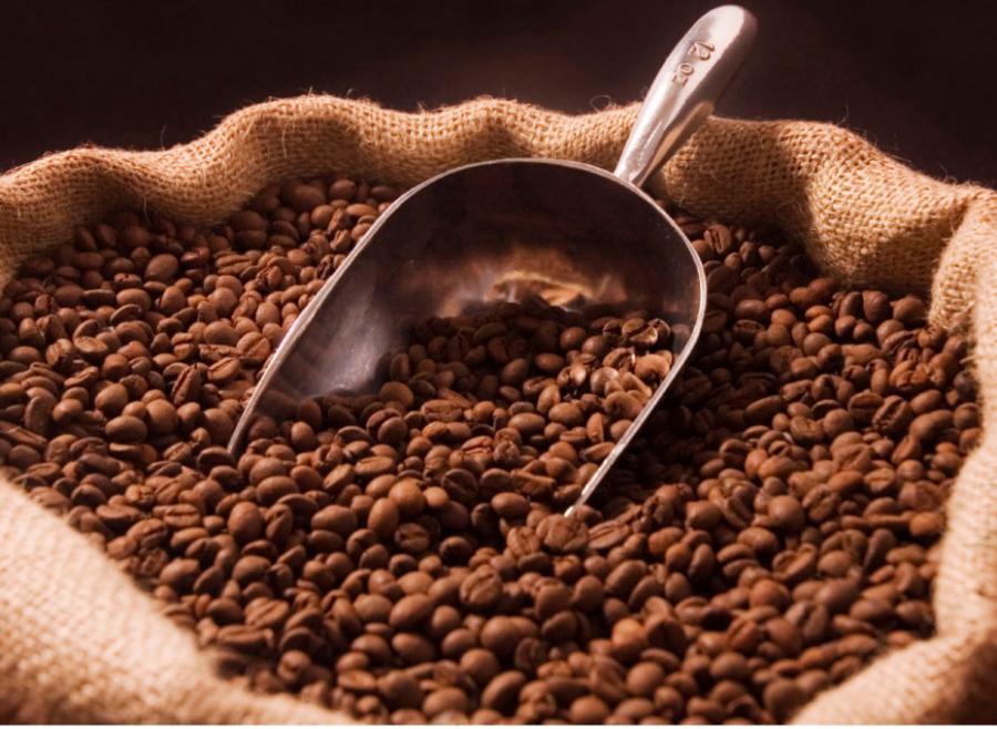 ziarenka kawy w worku jutowym