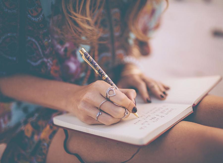 kobieta notująca w plannerze