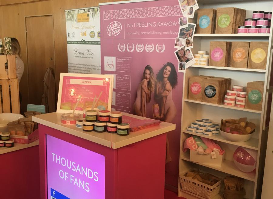 różowa szafka oraz rollup podczas prezentacji na targach