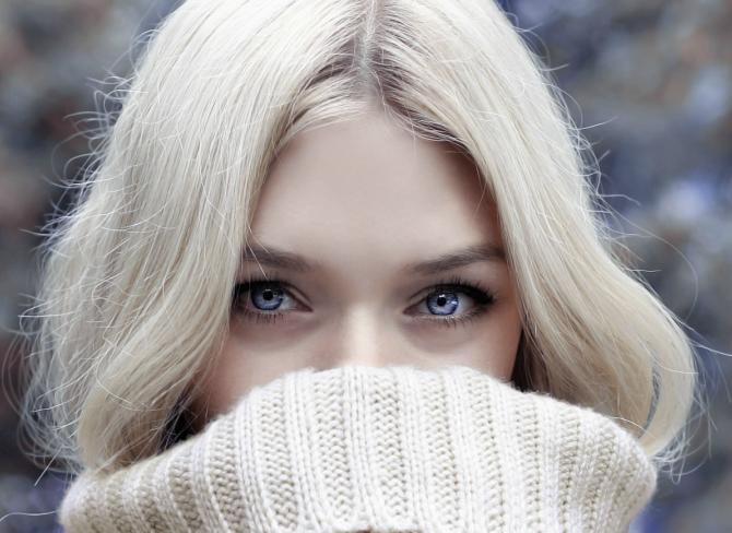 blondynka o niebieskich oczach w beżowym golfie