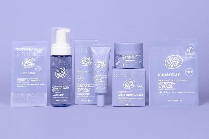5 kosmetyków do pielęgnacji twarzy na fioletowym tle