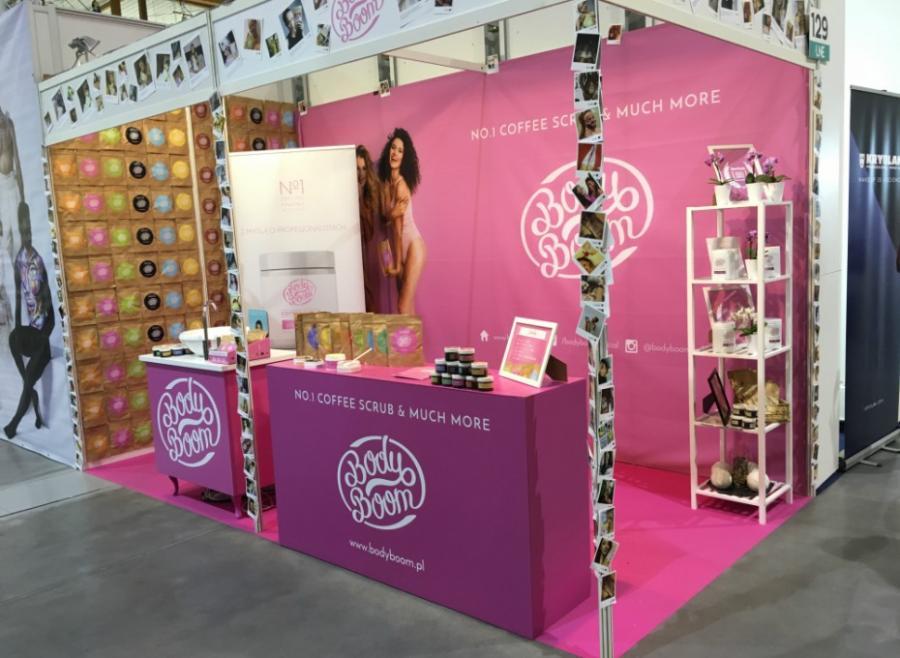 różowe stoisko z kosmetykami naturalnymi na targach LNE w krakowie