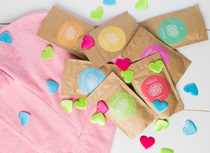 konfetti z serduszek z kosmetykami i różowym ręcznikiem