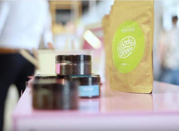 słoiczki z testerami kosmetyków i ekspozycja targowa