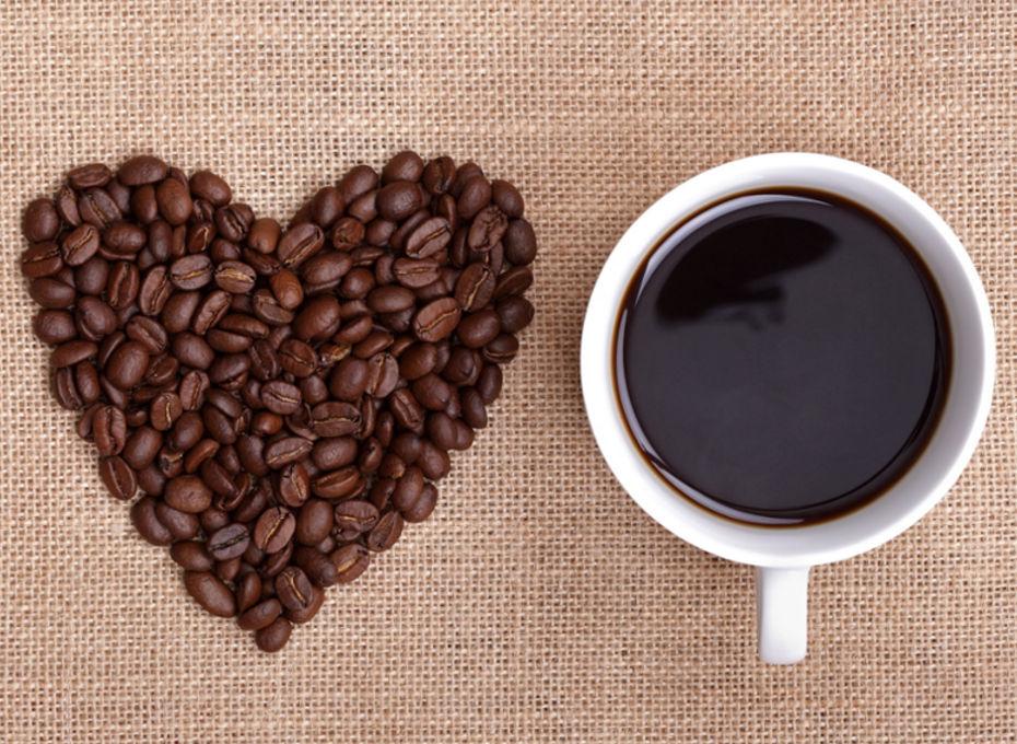 kubek czarnej kawy i kawa ziarnista na eco płótnie