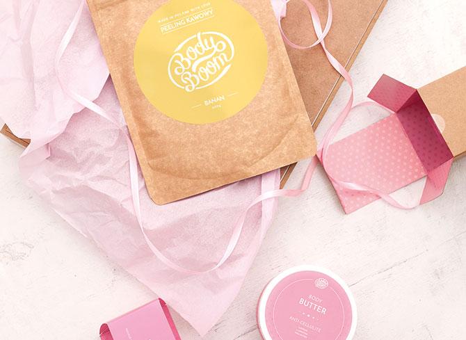 kosmetyki dla kobiet na pastelowym tle