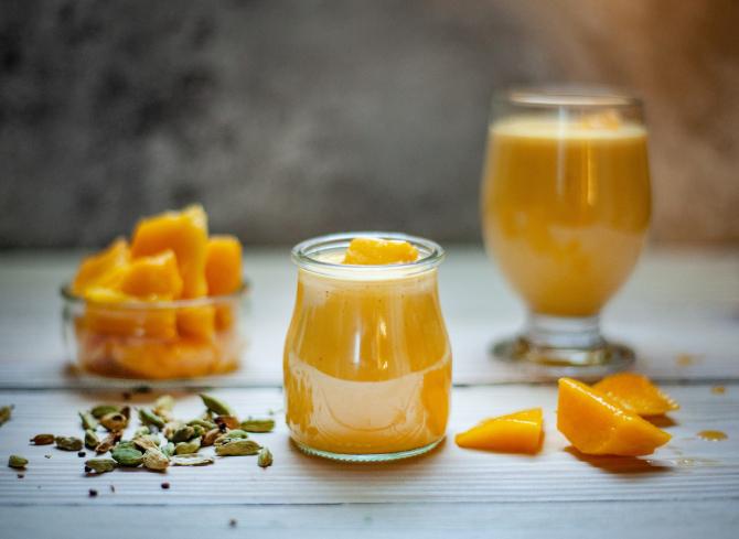 Pokrojone mango obok słoika z koktajlem