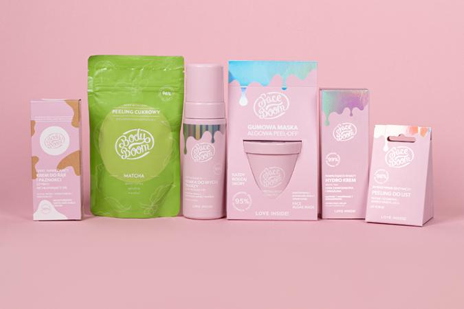 6 kosmetyków do pielęgnacji ciała i twarzy na różowym tle
