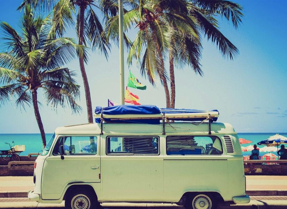 zielony kamper podczas egzotycznej podróży zaparkowany przy plaży