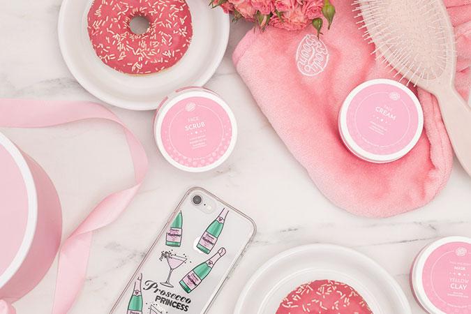 Kosmetyki dla kobiet i gadżety do planowania czasu