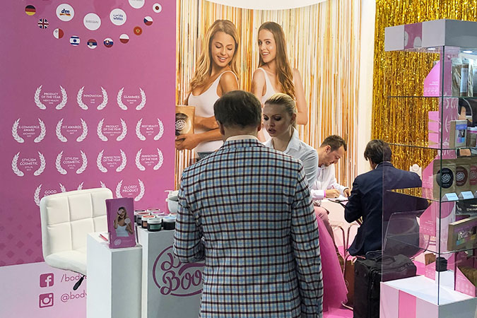 Ludzie na różowym stoisku BodyBoom