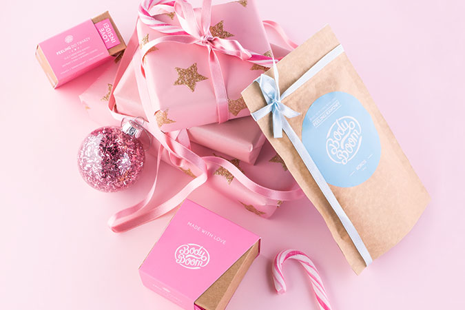 Zestaw kosmetyków wśród świątecznej scenerii